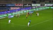 Il difensore del Verona Helander in scivolata toglie il pallone dai piedi di Quagliarella