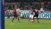 Mertens si insinua nella difesa del Milan in dribbling