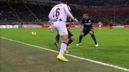 Allan passa di tacco la palla sulla fascia eludendo il raddoppio dell'Inter