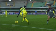 Dramè si libera del pressing con un bel colpo di tacco in Chievo-Livorno