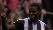 Saluti e dediche di Duvan Zapata in tribuna durante Udinese-Pescara