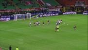 A San Siro Balotelli da calcio piazzato sfiora il palo della porta del Cagliari