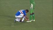 A Marassi Eto'o allaccia la scarpa a Brkic mostrando il suo solito fair play