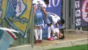 Candreva festeggia il goal con i compagni ma scivola e cade