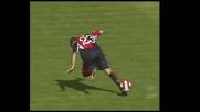 Fini inciampa sul pallone durante Cagliari-Fiorentina