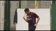 Lazzari schiaccia in goal il pallone del vantaggio del Cagliari
