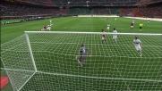 Biondini anticipa Boateng nell'area del Genoa al momento del tiro