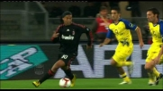 Ronaldinho cerca di liberarsi di Mandelli con un numero spettacolare