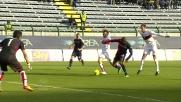 Il difensore del Genoa Moretti con un tackle rischioso ferma Ibarbo