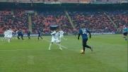La grande botta di destro di Sneijder colpisce in pieno la traversa del Novara