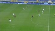 Floro Flores salta l'avversario con un tunnel e vola verso la porta del Lecce