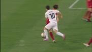 Zarate sguscia tra due giocatori della Roma