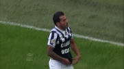 Super goal di Tevez che incrocia il tiro sul secondo palo: niente da fare per Rafael