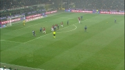 Abbiati fa buona guardia e respinge coi pugni la punizione di Sneijder nel derby di Milano