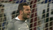 Al Meazza un attento Handanovic para su colpo di testa di Biava