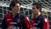 Astori libera di testa l'area del Cagliari nella sfida con la Lazio