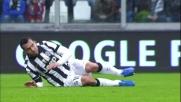 Burdisso scippa una scarpa a Tevez a centrocampo ma l'arbitro non vede