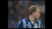 Il mancino di Bergkamp non impensierisce Sebastiano Rossi