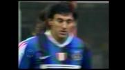 Burdisso libera l'area dell'Inter con un colpo di testa