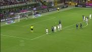 Eto'o ribadisce in rete dopo aver sbagliato il rigore: 2-1 per l'Inter a San Siro
