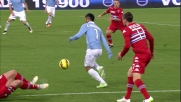 Felipe Anderson con guizzo dribbla due difensori della Sampdoria
