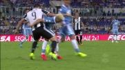 Felipe Anderson in fase difensiva ferma l'azione di Higuain