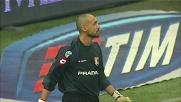 Fontana si oppone alla punizione di Pirlo negando un goal al Milan