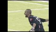 Fontana si oppone con le gambe al possibile goal di Suazo
