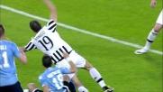Gentiletti strattona Bonucci in area: rigore per la Juventus tra le proteste laziali
