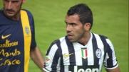 Rafael blocca in presa un tentativo al volo di tacco di Tevez