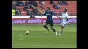 Ibrahimovic danza sul pallone in mezzo a troppi giocatori del Cagliari