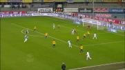 Inglese e Moras si strattonano in area: l'arbitro assegna il rigore per il Chievo ed espelle il greco