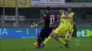 Radovanovic atterra Farias a centrocampo: cartellino giallo