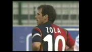 Storari riesce ad alzare in angolo la punizione dello specialista Gianfranco Zola