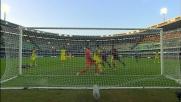 L'attaccante del Genoa Pinilla segna il goal del definitivo 2-1 contro il Chievo