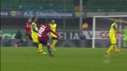 Lazovic prova a sorprendere con un pallonetto Sorrentino: palla in corner per il Genoa