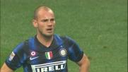 Nel derby di Milano Sneijder cerca fortuna su punizione: palla sull'esterno della rete