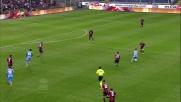 Insigne scappa con la palla giostrandosi tra i difensori del Genoa