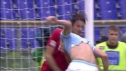 Paci e Klose si strattonano la maglia vicendevolmente all'Olimpico di Roma
