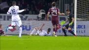 Pavoletti prova a sorprendere il Torino con un tiro in scivolata