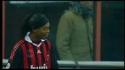 Finta e pallonetto di poco fuori: Ronaldinho fa impazzire San Siro