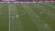 Pirlo fa sparire il pallone nella metà campo del Cagliari con un numero