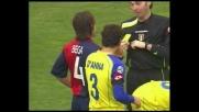 Placcaggio di Bega sull'avversario: doppio giallo ed espulsione per il Cagliari