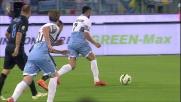 Felipe Anderson prova a dribblare tutta la difesa dell'Inter e per poco non ci riesce