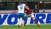 Rami contrasta Bergessio nell'area del Milan e la palla sfila sul fondo