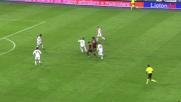 Ronaldinho cerca di illuminare San Siro con un colpo di tacco no-look contro la Roma
