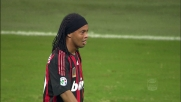 Ronaldinho, tiro deviato sulla traversa