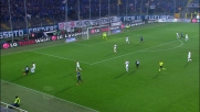 Paletta entra in tackle in ritardo e si prende il cartellino giallo contro il Genoa