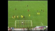 Seedorf calcia dalla lunghissima distanza: palla sul palo!