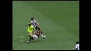 Chiusura di Bonera, ma la scivolata è sull'arbitro!